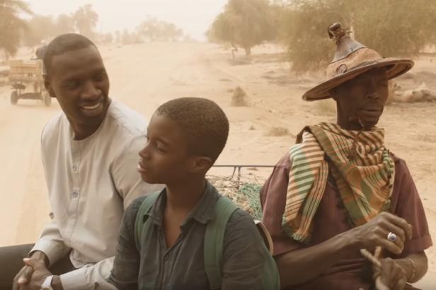 Omar Sy (Seydou) et le petit Lionel Basse (Yao) sur le tournage du film