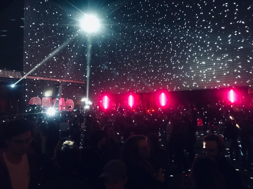 Pour rejoindre les différents halls, les festivaliers transitent sous une grande boule disco qui irradie la place. Photo: @phenixwebtv
