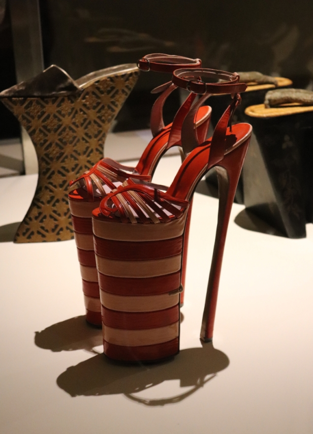 Chaussures inspirées des chopines de la Renaissance, au Musée des Arts Décoratifs
