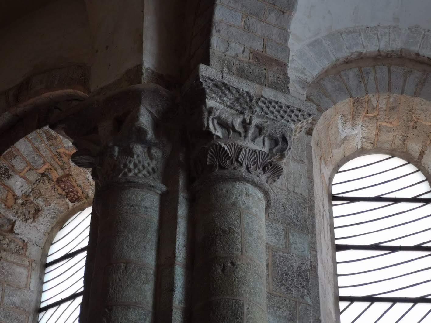 Dialogue entre chapiteaux romans et vitraux de Soulages à Conques