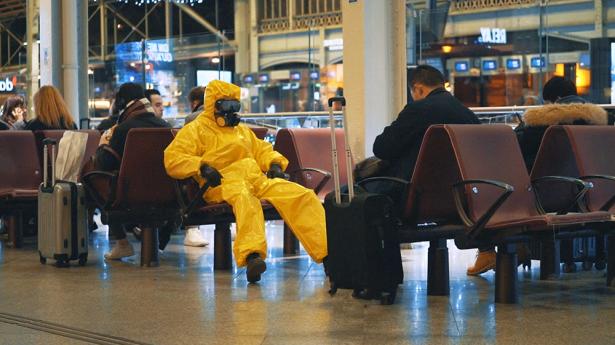 """Masoe en combinaison jaune, pour son clip """"Alaska""""."""